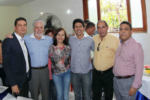 Governador ladeado por prefeitos.